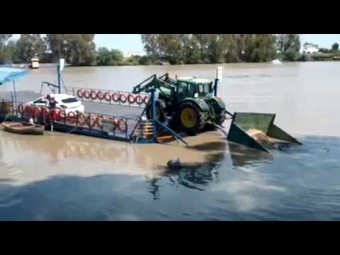 Tractor se cae de la barcaza al río Guadalquivir. Coria del Río
