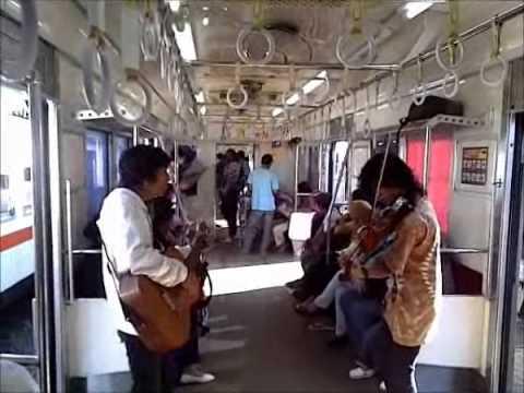 Dengerin BOND di Kereta... Hidup Pengamen Kreatif!!