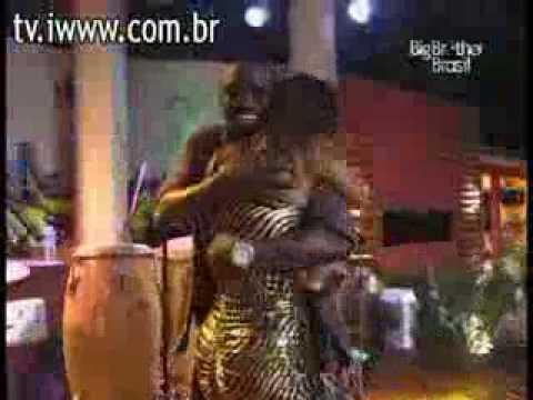 Akon no BBB 10: Cantor AKON tenta encoxar Lia, que diz não ter gostado.