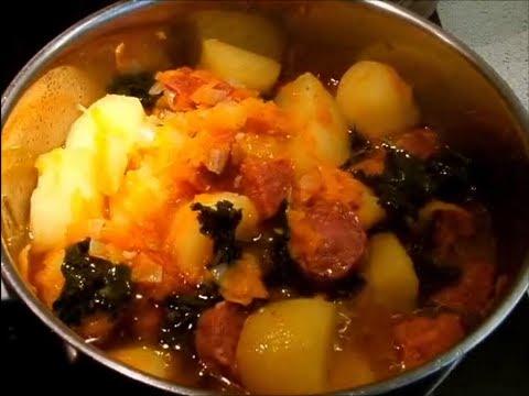 Картофель с копчеными колбасками и капустой