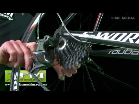 An instructional video from the Freedom Machine Prahran explaining how to change a bicycle tube. Step 1 Release the chain tension - release cable tension so ...