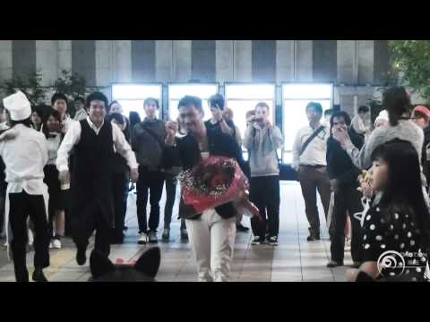 フラッシュモブ サプライズ プロポーズ One Direction 「live While We're Young」 Jr大阪駅 カリヨン広場 flash Mob Surprise video