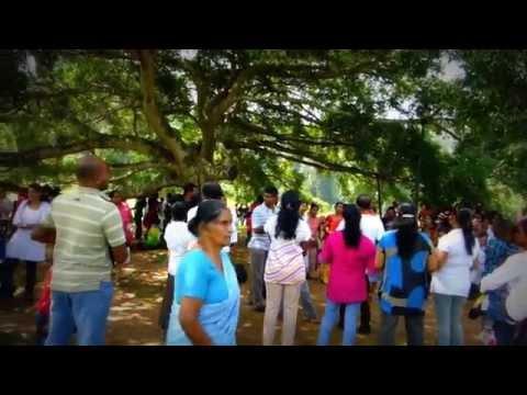 Singing Sri Lankans in Peradeniya park / Zpívající srilančané v botanické zahradě PERADENIYA, KANDY