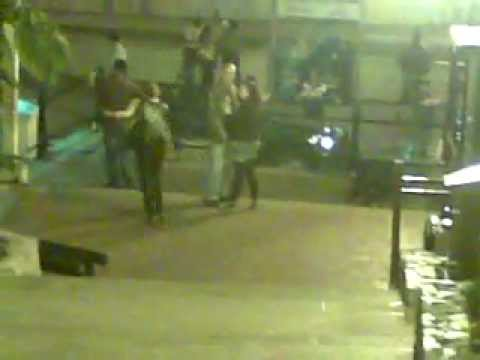 Video chistoso de Mujer Borracha Bajando Escaleras y Cayendose, Funny Drunk Girl Falls