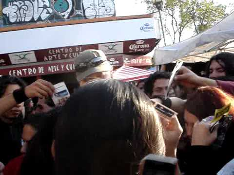 Vocalista de Ensiferum firmando autografos (Petri Lindroos)