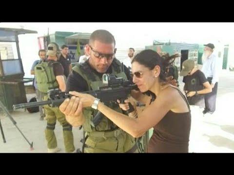 گردشگران در دوره آموزشی نظامی اسرائیلی به اهداف فلسطینی شلیک می کنند