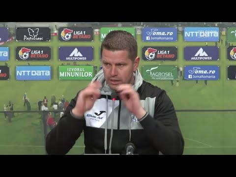 Nemul�umit de arbitrajul din meciul CFR Cluj - CSM Poli Ia�i, antrenorul oaspe�ilor a f�cut spectacol la conferin�a de pres�.