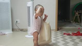 10개월 여원이 가방을 너무나도 좋아해~ 목에 걸고 잘걸어다닌다