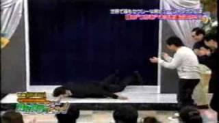 Thumb A Hugh Jackman le agarran las bolas en un Show de Japón