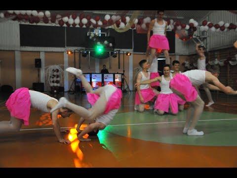 Balet chłopaków na balu gimnazjalnym w Łęcznej