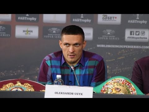 Александр Усик отвечает на вопросы журналистов.
