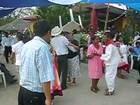 aqui el novio rompiendo el baile... acompañado de la banda san jose de tamoyon 1 huautla hidalgo.