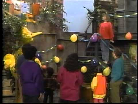 Big Bird's Favorite Party Games and Golden Book Music Video (See, Sing and Play)