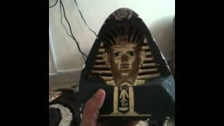 تمثال فرعوني ينظر لك من كل اتجاه