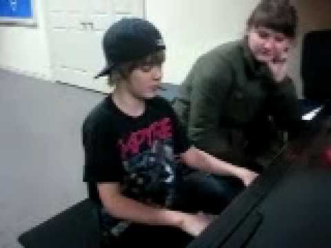 Justin Bieber - Aged 13 - Singing apologize By One Republic On The Piano video