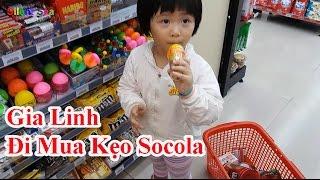 Gia Linh Đi Mua Kẹo SocoLa Kitkat Kẹo MM Trứng Kinder Joy và Uống Đá Bào