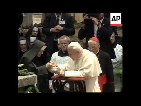 POLAND: KRAKOW: POPE JOHN PAUL II VISITS PARENTS' GRAVE
