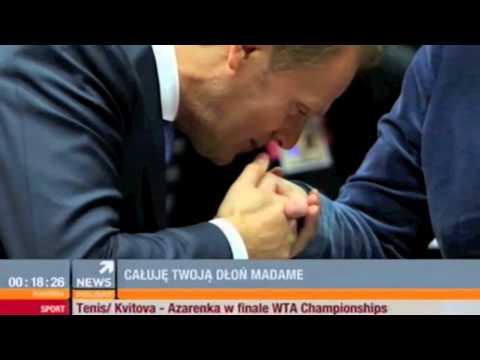 Premier Donald Tusk całuje kanclerz Angelę Merkel w rękę