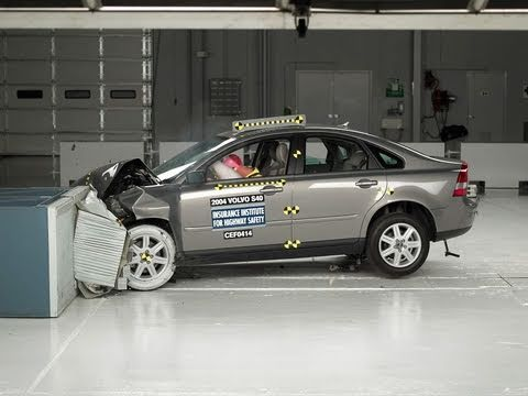 2004 Volvo S40 moderate overlap IIHS crash test