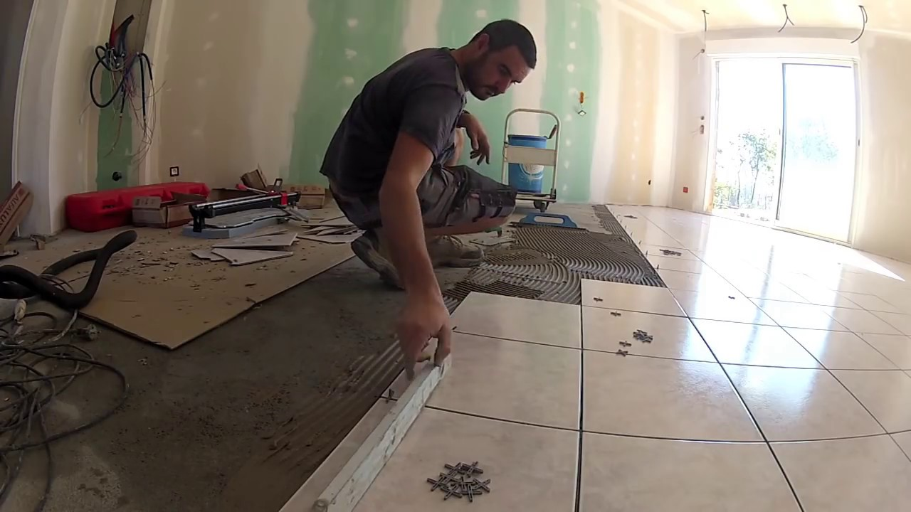 Poser du carrelage en diagonale youtube for Pose de carrelage sur parquet