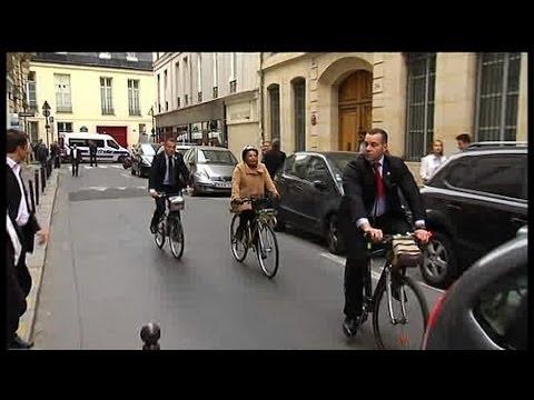 Quand Christiane Taubira arrive à Sciences po à vélo - 03/04