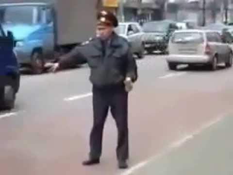 BETRUNKENER Russischer Polizist regelt den Straßenverkehr