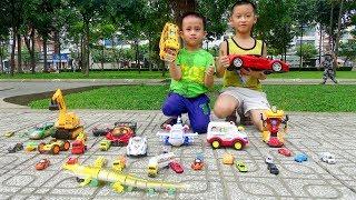Trò Chơi Siêu Nhân Nhí Bé Đức săn tìm xe ô tô đồ chơi trong công viên ♥ Car Toys For Kids