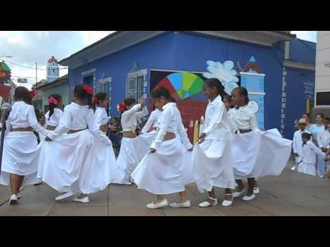 Niñas bailando. Feria Internacional del Libro. Sancti Spiritus. Cuba.