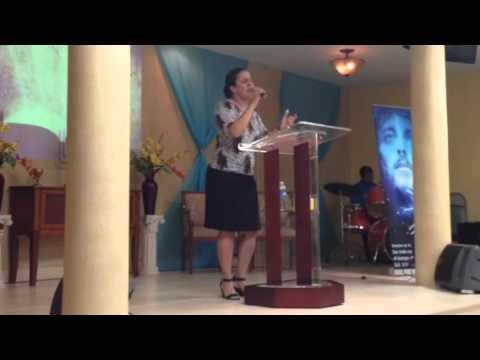 Hna. Tamara Sosa ministrando con la alabanza