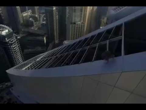 向死亡挑戰,企在千尺大廈高空,處於死亡邊緣翻根鬥及飛躍穿梭,單臂擒拿懸掛身體在半空