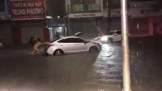 Chiến sĩ CSGT oằn mình đẩy xe cho người dân trong mưa lũ