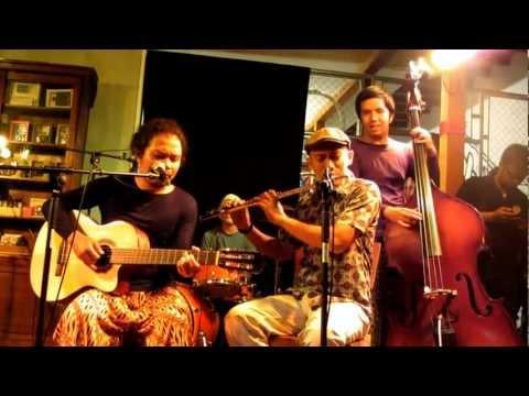 Payung Teduh - Menuju Senja (live at Aksara Store, Kemang, Jakarta 1 April 2012)