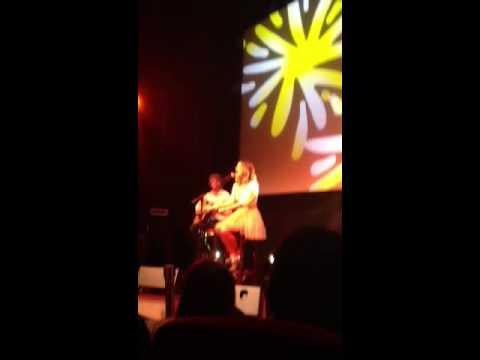 """Showcase ce Tini en Francia !!! Ella canta """"Hoy Somos Mas"""""""