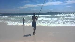 Pesca na praia do pontal arraial do cabo