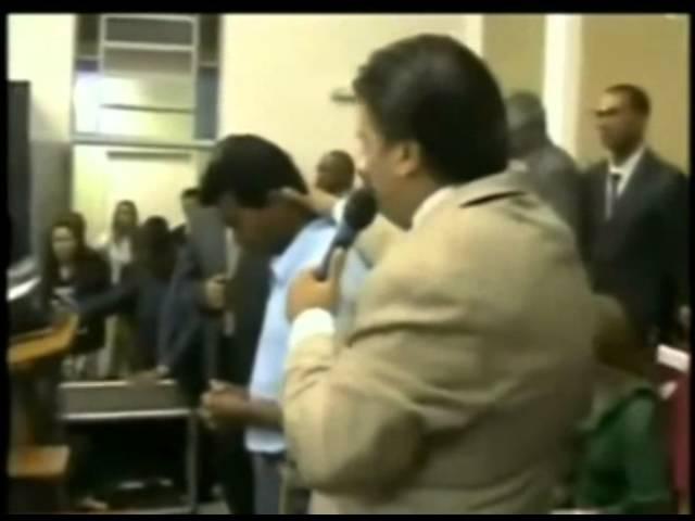 Pastores usando hipnose como instrumento de manipulação do povo impressionável.