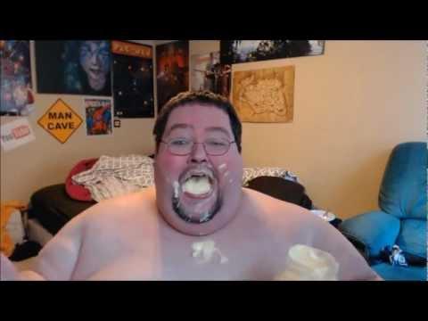 Un gros mort de rire quand il mange de la mayonnaise