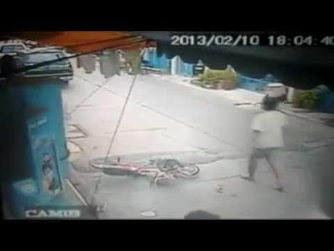 Пьяный водитель из Тайланда по тротуару