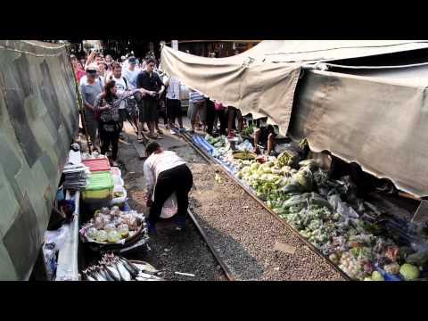 Arriving at Mae Klong, Thailand (Train market at Samut Songkhram) – A-2013 – FILMGUT.AT