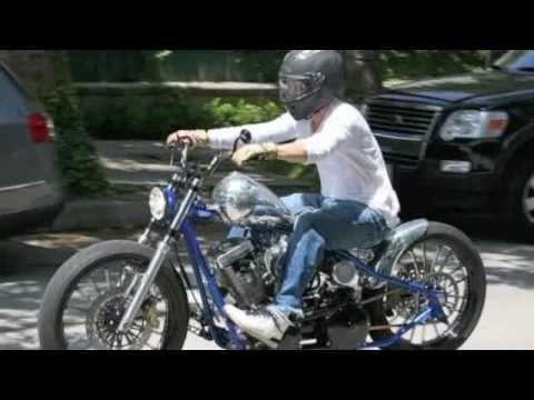 Quand le showbiz roule en moto. When showbiz rides bikes. (video : www.bikers-globe.com)