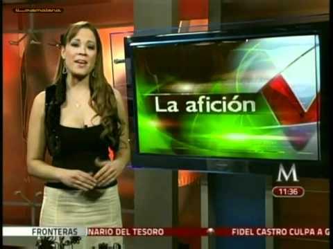 Carolina Prato blusa negra escotada, falda blanca