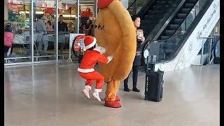 Xem lại những hình ảnh ngộ nghĩnh của Ông Gia Noel Gia Linh đi siêu thị Big C mua quà Giáng Sinh