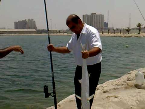 fishing on the beach -al khobar-صيد سمك في كورنيش الخبر.mp4