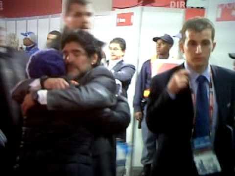maradona consolado por su hija  tras eliminacion - www.libertadoresysudamericana.com