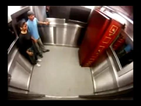 Broma Muerto Viviente en el ascensor