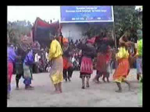 Tari Ganrang Bulo Pentas Di Acara Pukul Sapu Morella 2008.flv video