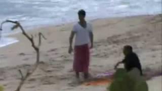 Daniel Craig exposes paparazzi at the beach