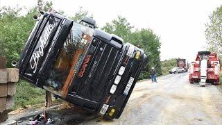 Felborult Scania élőállat-szállító kamion kerekekre állítása Kisunyom közelében - Technical rescue