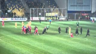 Incident incredibil la meciul Petrolul-Steaua 30.11.2011. Suporter pe teren, il face KO pe Galamaz.
