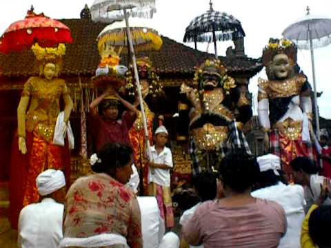 These are the human Barongs - Balinese king Sri Jaya Pangus and Chinese princess Kang Ching Wie. The