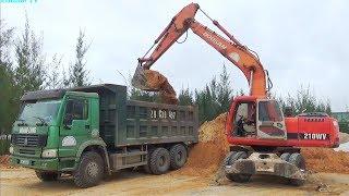 Máy xúc múc cát lên xe ô tô tải   Nhạc thiếu nhi : Bé rất ngoan   Tientube TV